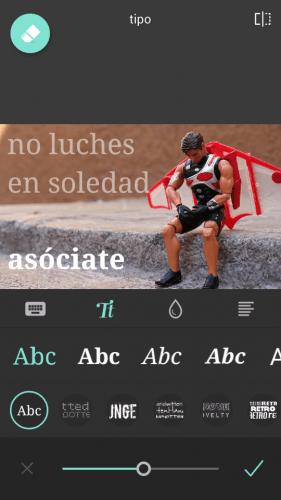 """Imagen de un juguete con aspecto de héroe triste sentado en una acera y el texto """"No luches en soledad. Asóciate"""""""